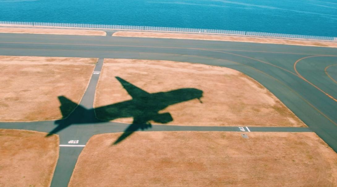 飛び立つ飛行機の影